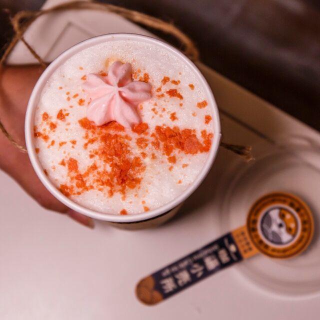 花蓮櫻花祭限定飲品最後倒數幾天! 如果說櫻花炭酸咖啡是夢幻組合,那這杯櫻花拿鐵就是一個讓少女心噴發的咖啡! 日本櫻花粉搭上拿鐵,再灑上草莓脆片與馬林糖呈現花瓣視覺感,5/31 前可要多拍幾張😍 - 🔶 櫻花拿鐵 $120 - 店名:咖逼小売所 地址:花蓮市信義街48號 時間:10:00 AM ~ 21:00 PM (每週日公休) 電話:(03)835-3889  - #櫻花拿鐵 #櫻花拿鐵🌸 #櫻花咖啡 #咖逼小売所 #咖逼小賣所 #咖啡小賣所 #斗宅商社 #斗宅商社cafe #花蓮咖啡 #花蓮外帶咖啡 #花蓮咖啡館 #花蓮咖啡廳 #花蓮咖啡廳推薦 #花蓮咖啡店 #花蓮咖啡日常 #hualiencoffeeshop #花蓮 #hualien #花蓮美食 #hualienfood #花蓮櫻花 #櫻花 #櫻花🌸 #櫻花季 #拿鐵 #拿鐵咖啡 #拿鐵藝術